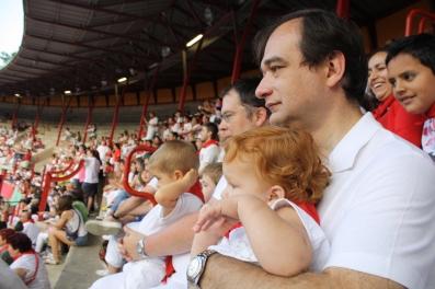 Papás y pequeños muy atentos.