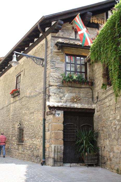 Un hermoso edificio en Pamplona.