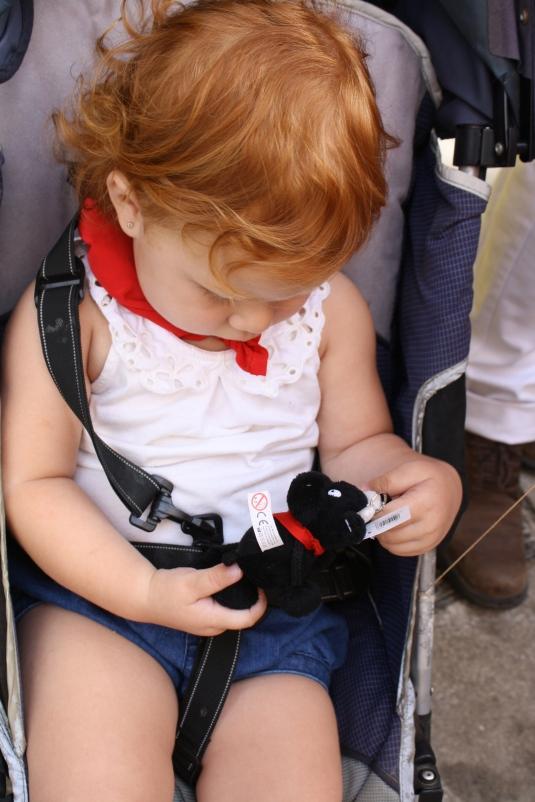 Cristina con un toro que le regaló la tía Chayo.