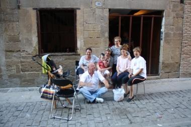María, Pedro y las hermanas de María, junto a uno de los nietos, frente a la casa de su Madre en Puente La Reina