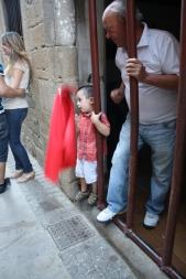 Pedro enseñando a su nieto a torear tras los barrotes que ponen para que las vaquillas no entren a la casa.