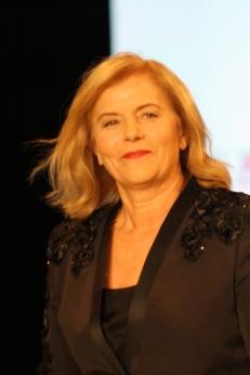 La diseñadora salió a agradecer al público tras su presentación en la Miami Fashion Week.