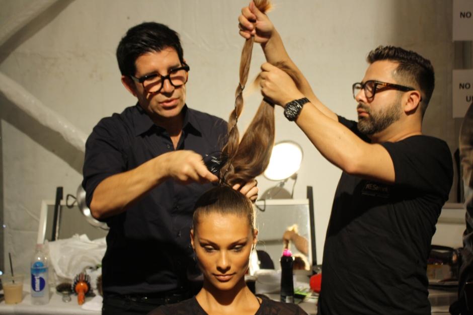 Marco Peña realizando el peinado que llevaron las modelos de Dolores Cortés para TRESemmé.