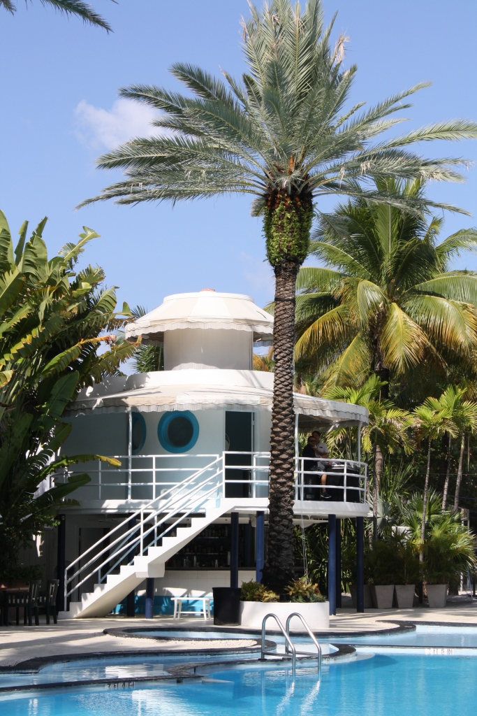 Vista desde la piscina de los exteriores del hotel The Raleigh.