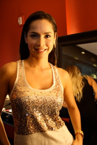 La bella colombiana Carmen Villalobos hizo una parada en el lounge donde estábamos para conversar un poco con nosotras.