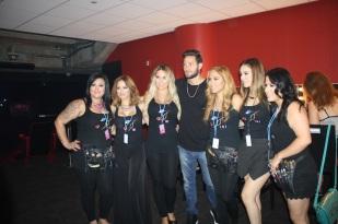Gabriel posó con las estilistas de TNT Agency.