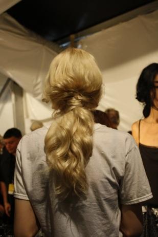 Aquí pueden ver cómo luce el peinado creado para la pasarela de Luis Antonio por detrás