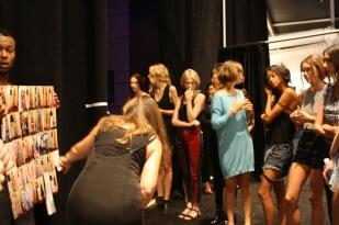 Una de las coordinadoras toma lista a las modelos.