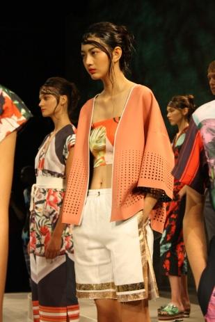 Chaquetas con líneas estilo kimono fueron parte de la colección