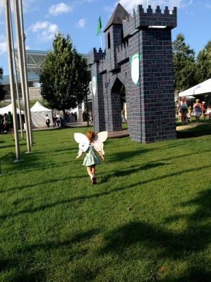 Cristina caminando rumbo al castillo.
