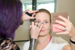 Erica aplicándome el maquillaje, súper natural.