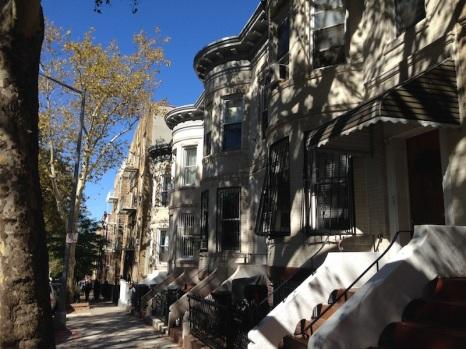 Casas brownstone en la Calle 41, que es en donde está nuestro departamento.