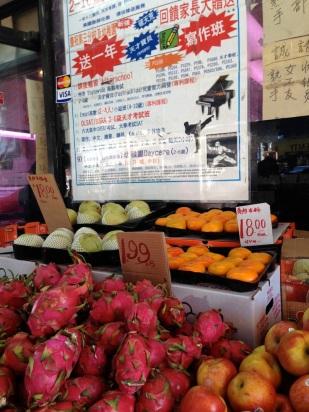 Al ir en busca de algo que comer, pasé por una de las hermosas fruterías de este lugar.