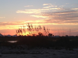 Un hermoso amanecer en la playa.