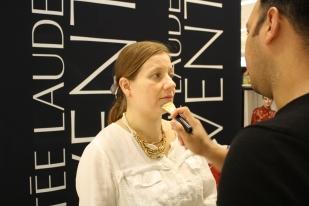 La técnica que recomienda Víctor es empezar desde la nariz y con una brocha ancha expander el maquillaje hacia los lados.
