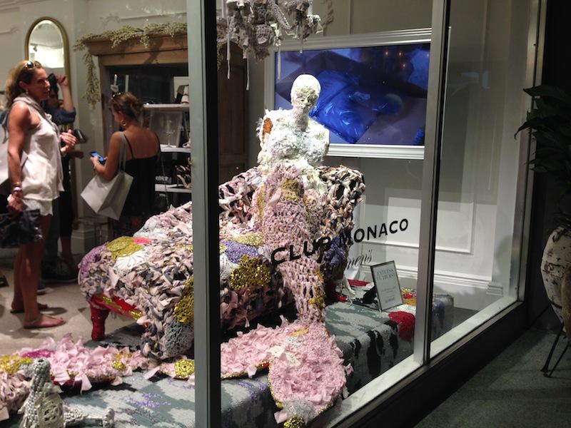 Así lució la obra de la artista Olex en la vitrina de la nueva tienda ubicada en Miami Beach.