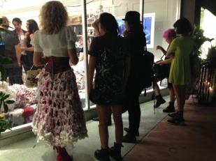 La artista Olek mostrando a algunos de los asistentes su obra.
