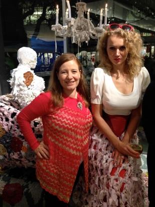 Y aquí posando con la guapísima artista que lució una inconfundible falda que servía de continuación de su obra.