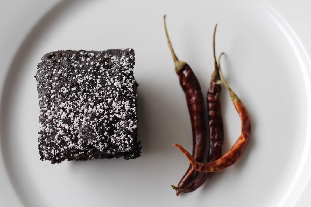 Brownies mexicanos de chocolate con chile de árbol y canela